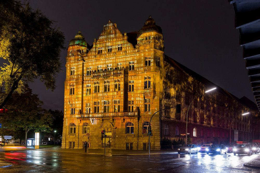 Budynek urzędu patentowego Imperial Patent Office oświetlony z okazji 110. rocznicy powstania marki OSRAM