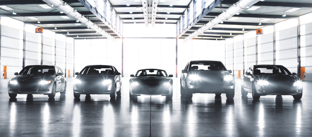 Diferentes automóviles con lámparas para faros distintas