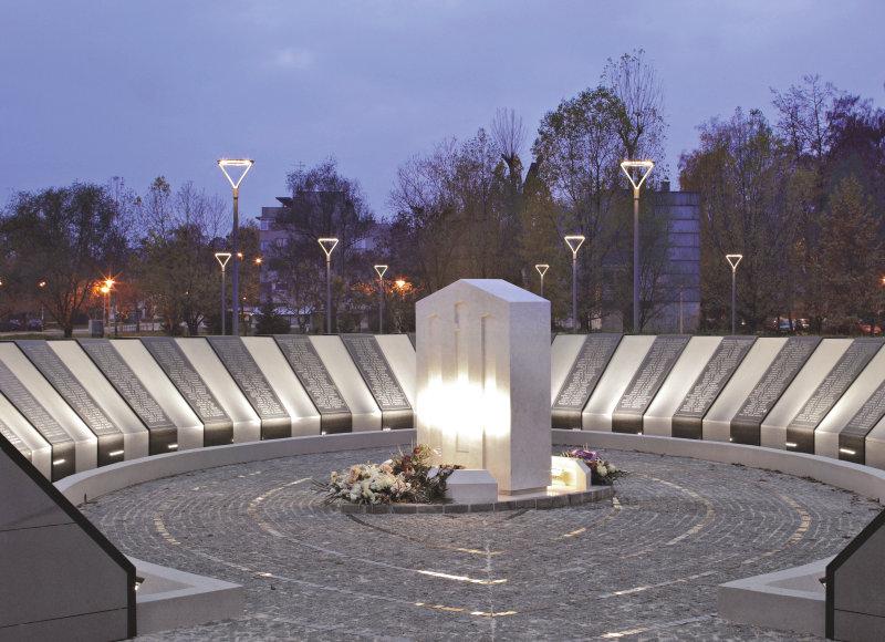 Värdig bakgrund för krigsminnesmärke