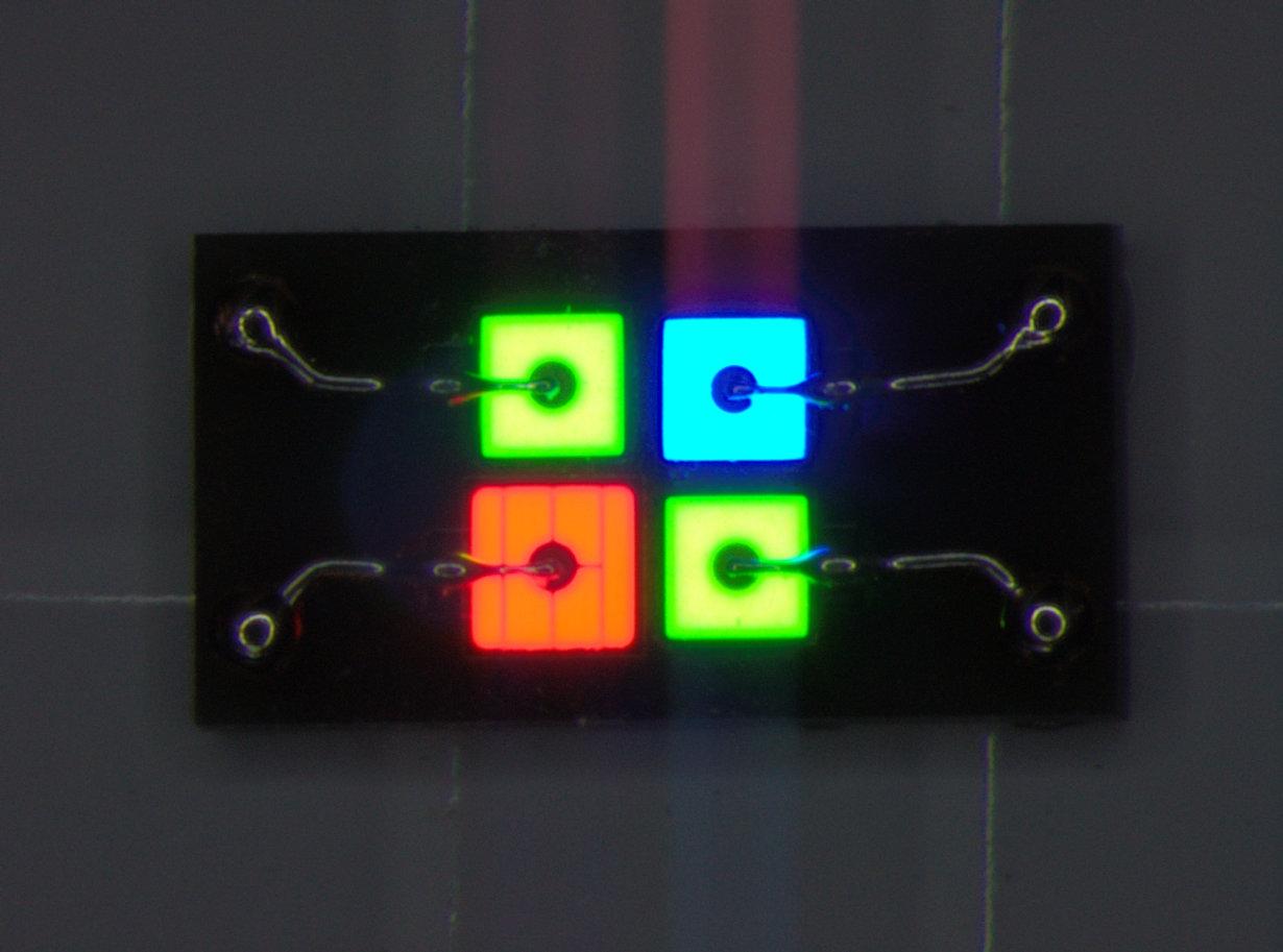 Im Zentrum des Projekts standen auch Untersuchungen zu neuen Anschlusstechniken. Einer der daraus entstandenen zukunftsweisenden Lösungsansätze ist die Planar Interconnect Technik, die zahlreiche Vorteile z. B. für Videowall-Anwendungen bietet.