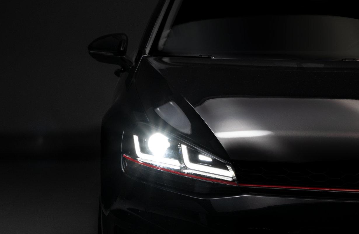 I nuovi proiettori LEDriving per la VW Golf VII sostituiscono i fari alogeni e allo xeno con la tecnologia LED all'avanguardia