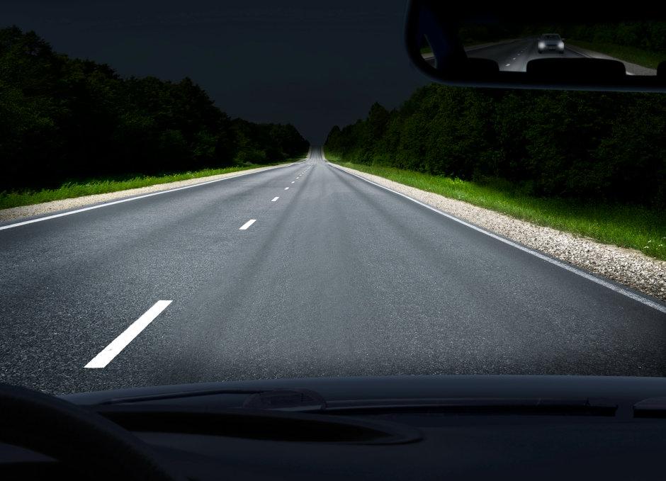 照射範囲が最大600メートルの補助ハイビームの光源として使用するPLPT9 450D_E A01レーザは、従来のハイビームより遠方の路面を照射でき、道路をより安全にします。 画像:オスラム