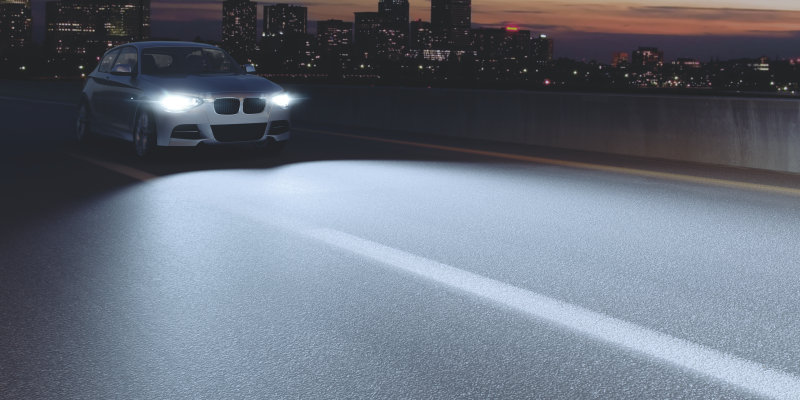 Auto mit hellerem Scheinwerferlicht