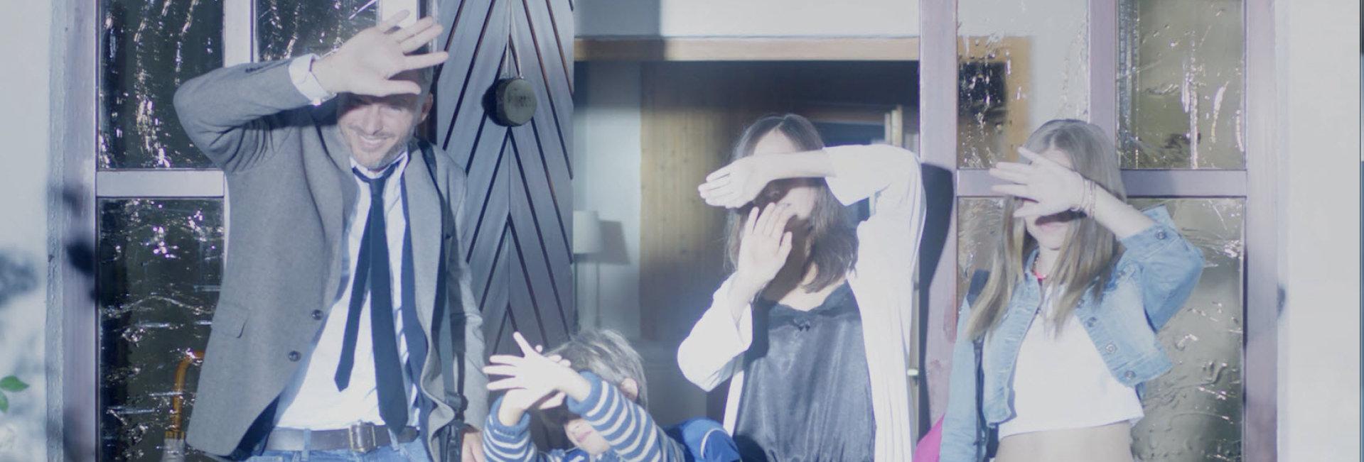 Familie, die von XENARC NIGHT BREAKER UNLIMITED-Lampen geblendet wird