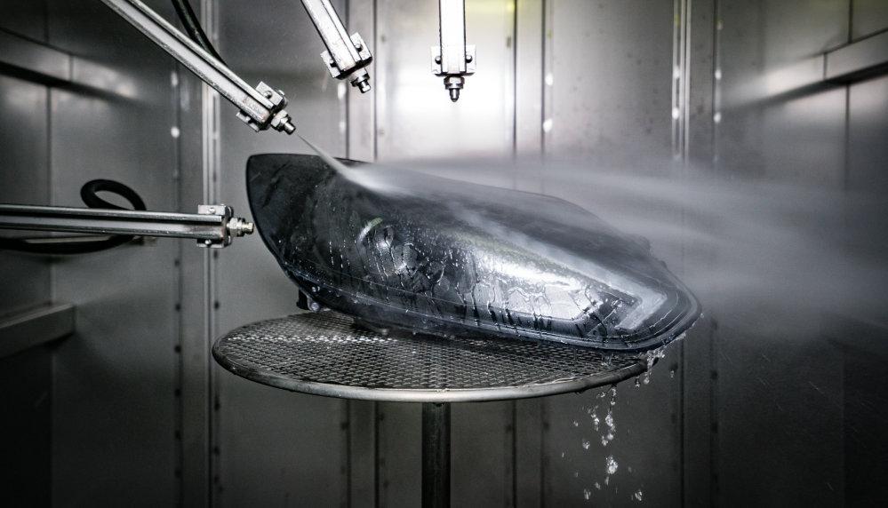 LEDriving lámpatest fröccsenő vízzel való tesztelése