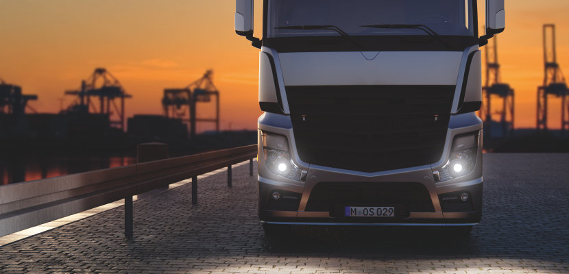 Camion con lampade allo xeno dai ricambi ORIGINAL su strada
