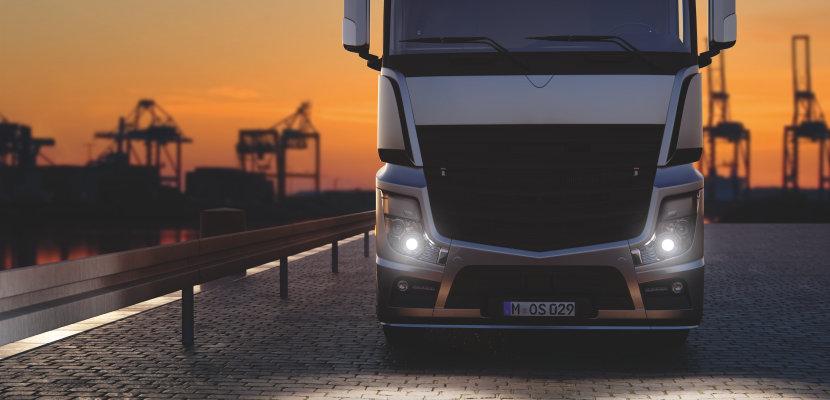Lastebil med ORIGINAL reservedel xenonlamper på veien