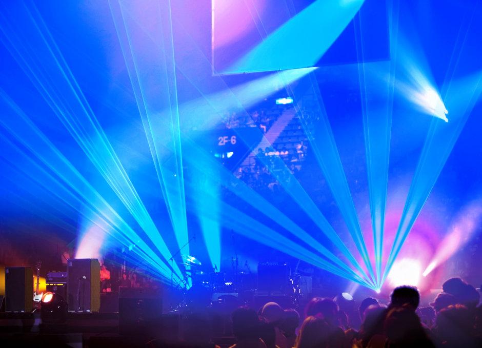 オスラムの青色高出力レーザが、イベントで息をのむ瞬間を演出