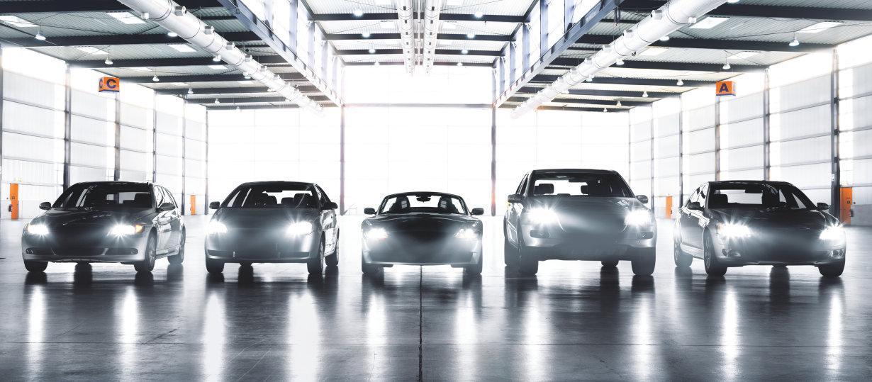 Différentes voitures avec différentes lampes projecteurs