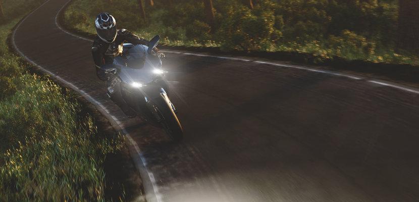 Motocicleta com lâmpadas decorativas de faróis